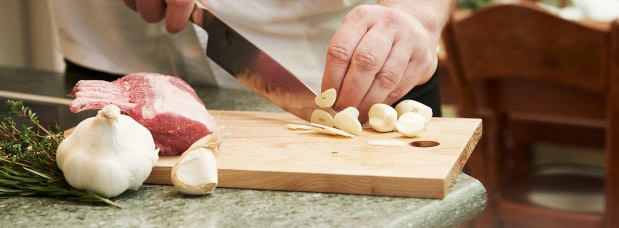 Knoblauchzehen schälen und in dünne Scheibchen schneiden.