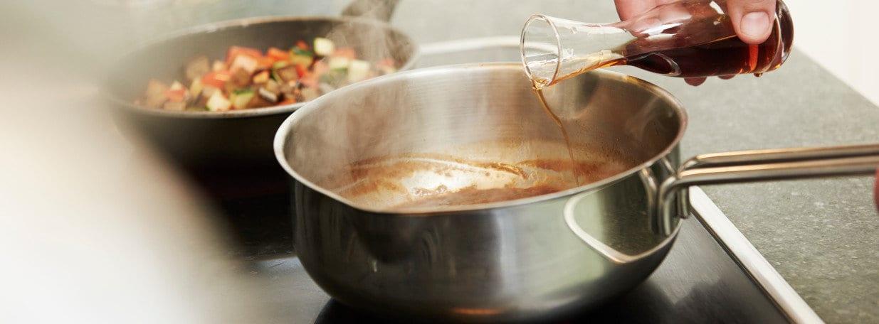 Lammfond zum Bratensatz in die Pfanne geben, erhitzen und mit Marsala verfeinern.
