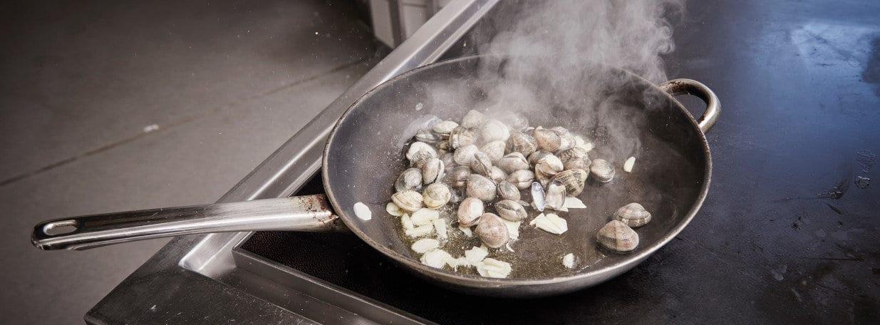 Muscheln andünsten bis sich die Schalen öffnen.