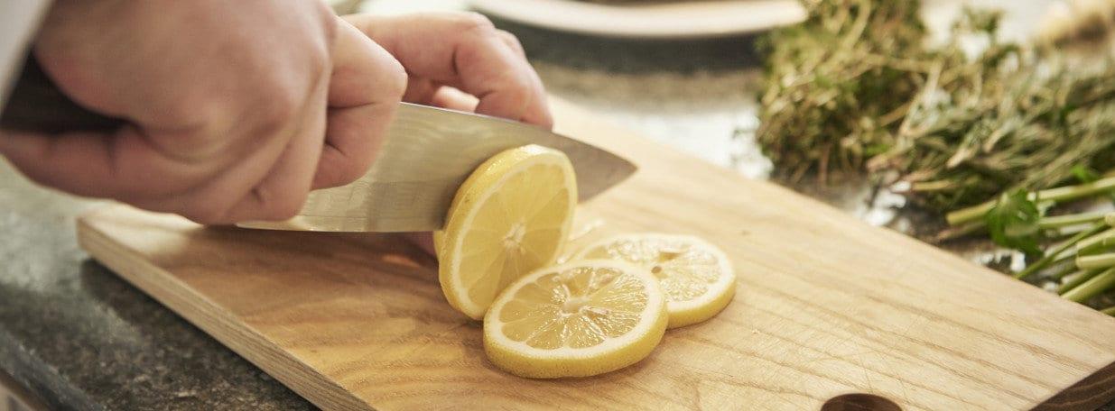 Zitrone in Scheiben schneiden.