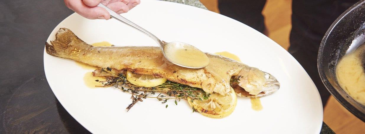 Auf vorgewärmten Tellern anrichten und mit Buttersauce nappieren.