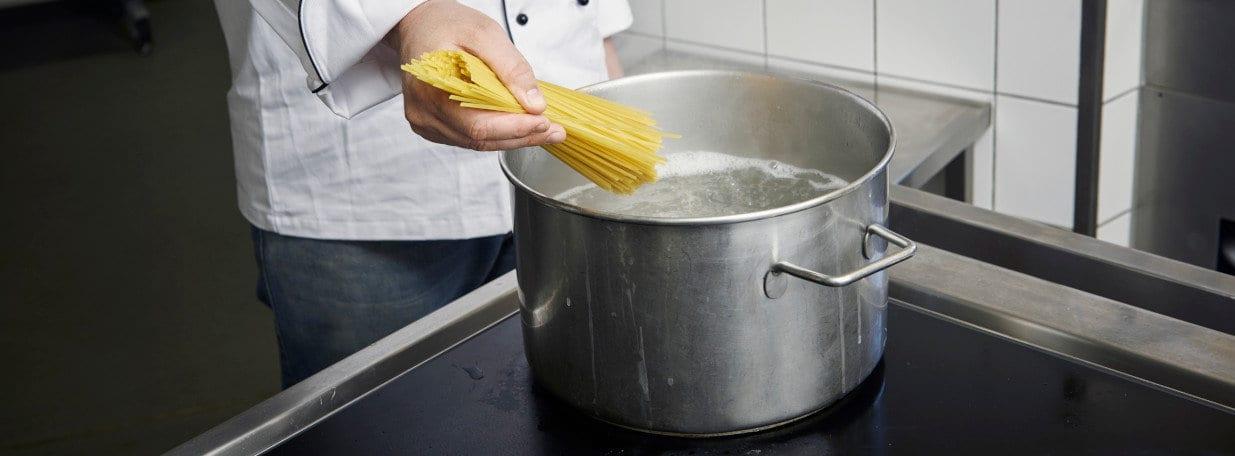 Wasser zum Kochen bringen, salzen und Linguine al dente garen.