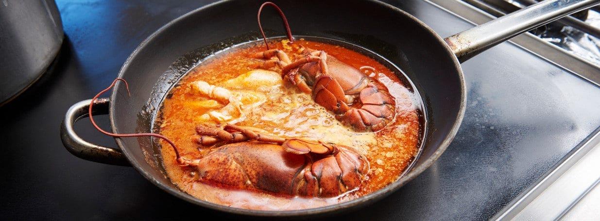 Hummerschwänze in die Sauce geben und kurz aufkochen.