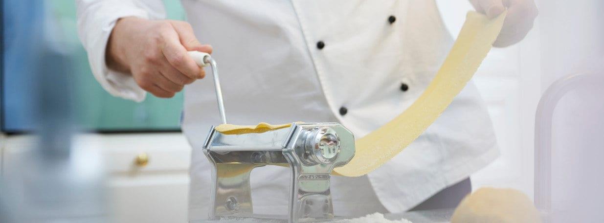 Teig mit der Pastamaschine in ca. 1 mm dicke Bahnen ausrollen.
