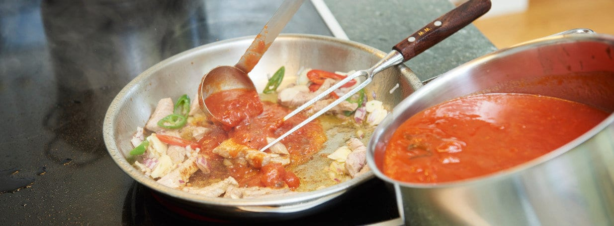 Datteltomaten und Tomatensauce beigeben. Rahm hinzufügen. Mit Salz und Pfeffer abschmecken.