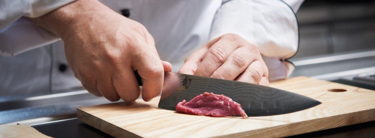 Das Contrefilet mit einem scharfen Messer in hauchdünne Scheiben schneiden.