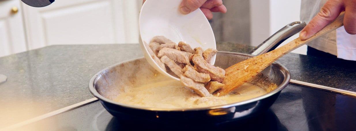 Kalbfleisch in einreduzierter Sauce nochmals erwärmen. Mit Salz und Pfeffer abschmecken.