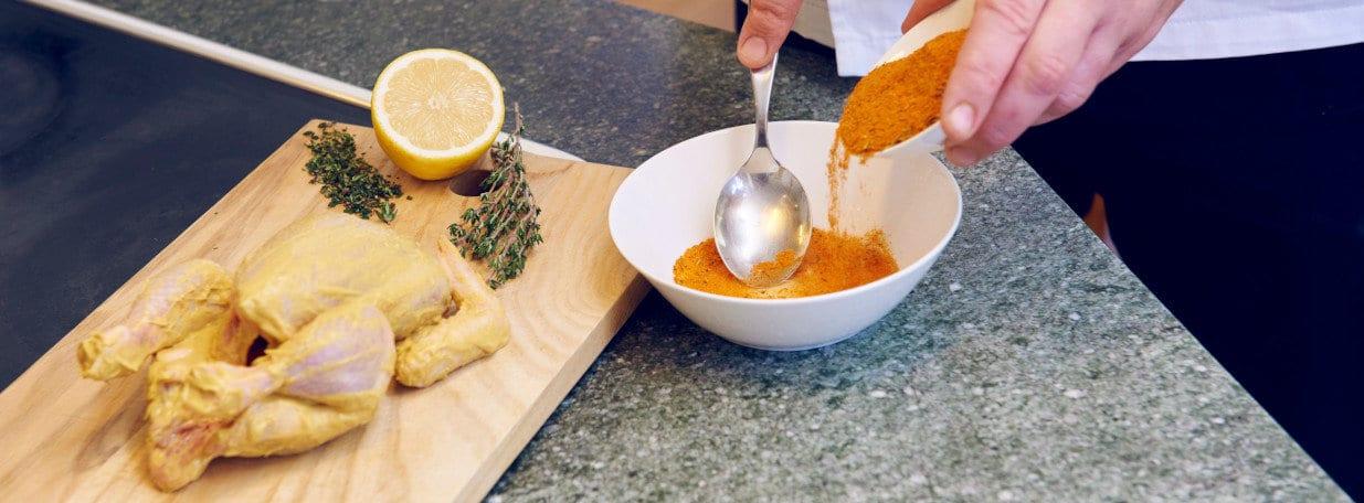 Peperoncini-Pulver, Meersalz, Pfeffer, Paprikapulver und Zitronensaft verrühren.