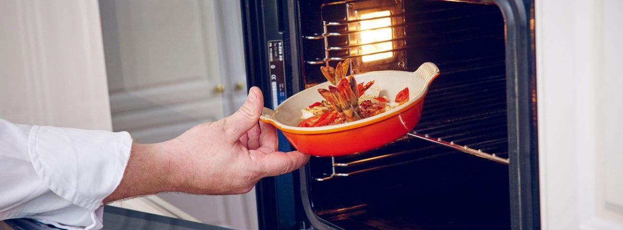 Crevetten in einer Gratinform in der Mitte des vorgeheizten Ofens 5 Minuten fertig garen.