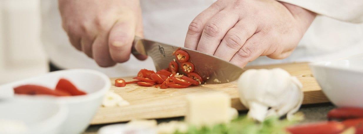 Knoblauch in Scheiben und Peperoncino in Ringe schneiden.
