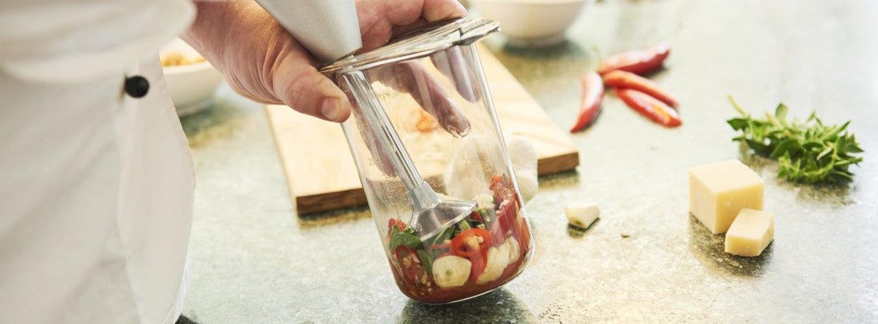 All diese Zutaten mit Öl, Tomatenpüree und Salz mit einem Cutter pürieren.