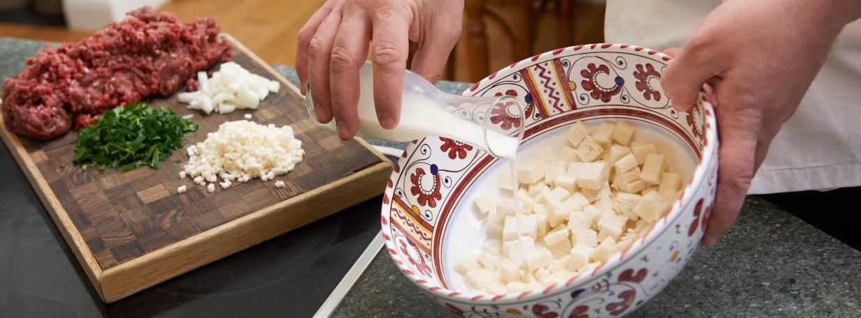 Brot in kleine Würfel schneiden und in der Milch einweichen.