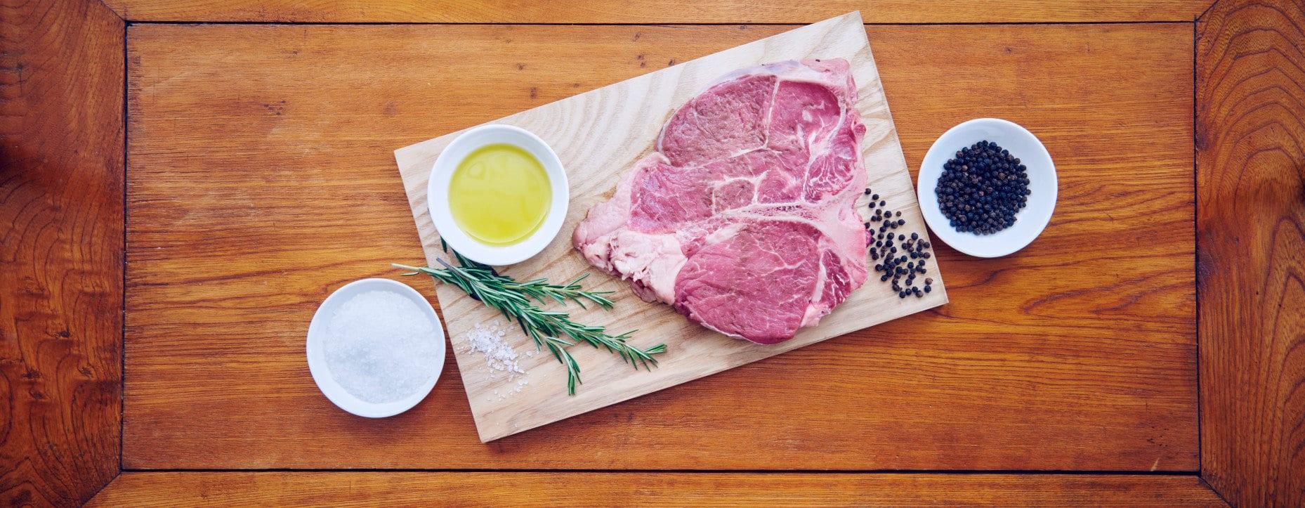 Alle Zutaten bereitstellen. - Fleisch ca. eine Stunde vor der Zubereitung aus dem Kühlschrank nehmen. Auf sehr heissem Grill gleichmässig anbraten.