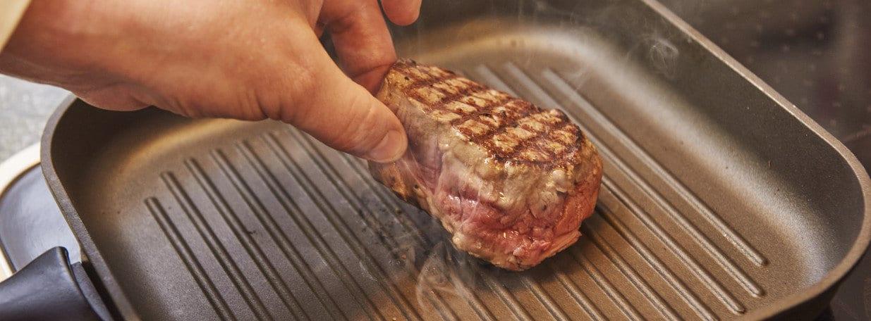 Filets bei hoher Hitze auf beiden Seiten kurz anbraten. Achten Sie auf ein schönes Grillmuster.