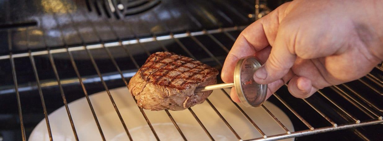 Die Filets im Ofen bis zu einer Kerntemperatur von 58 bis 65 °C – je nach gewünschter Garstufe – fertig garen.